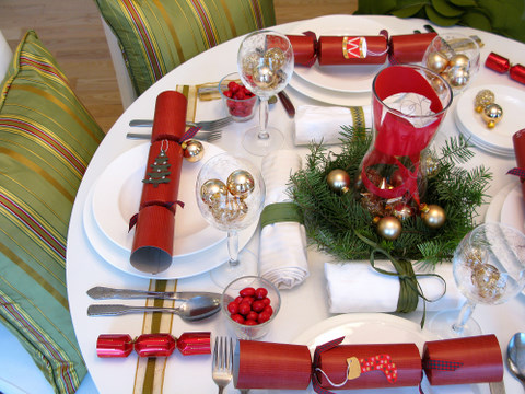 I love how the red Christmas ... & Christmas Decorations: 5 Ways to Decorate Your Holiday Table on a ...