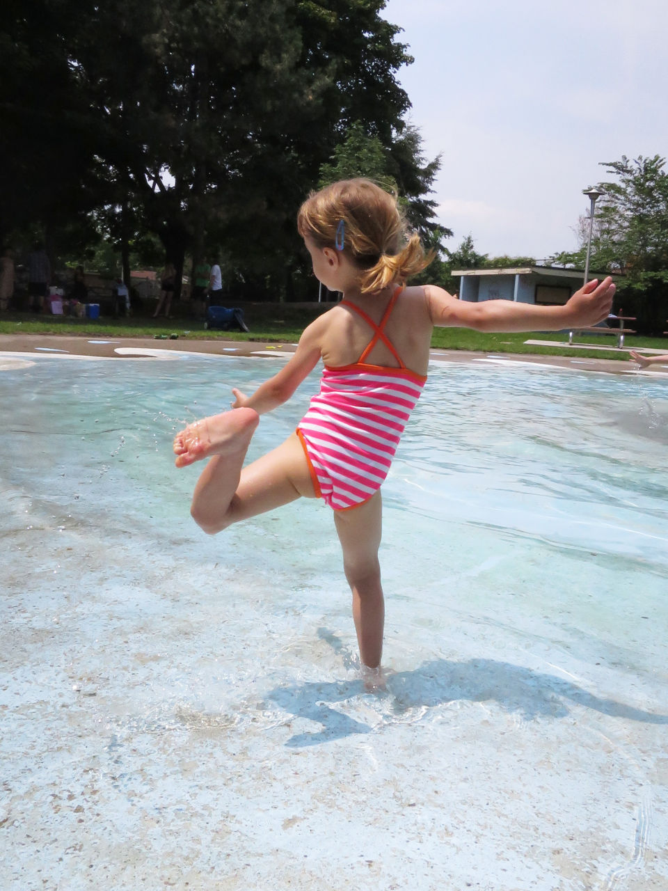 Child playing in the splashpad